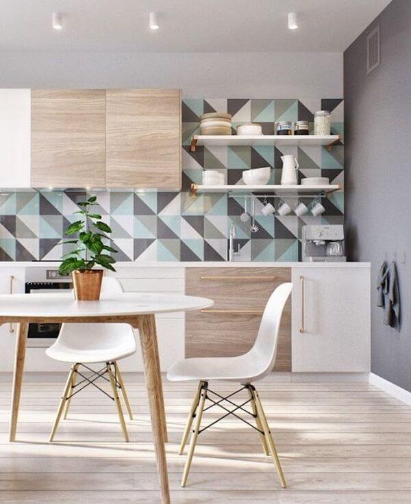 A geometria do azulejo traz um charme especial para a decoração da cozinha