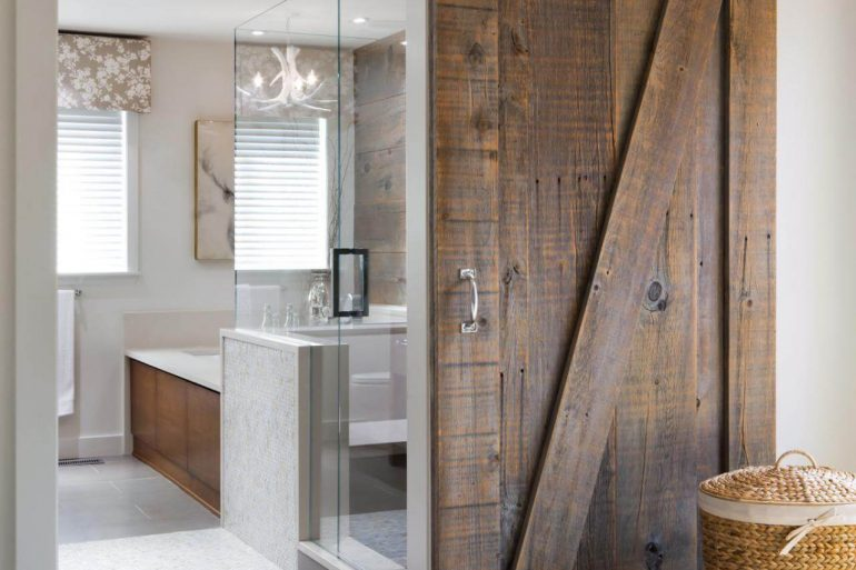 A porta para banheiro de correr pode ser feita de madeira de demolição