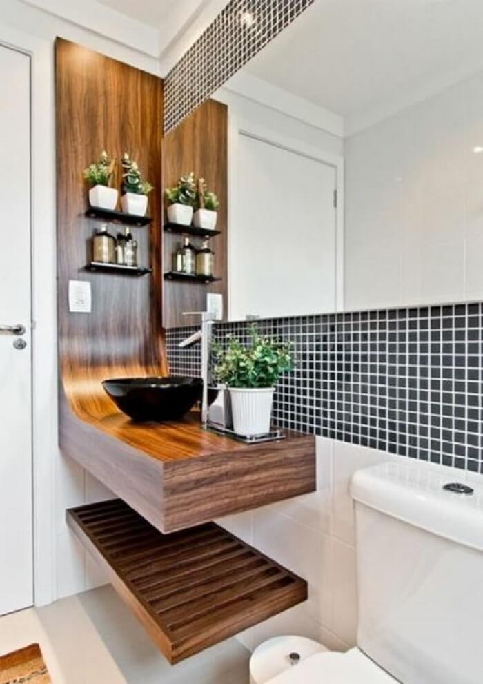 A prateleira para banheiro foi fixada sobre a placa de MDF