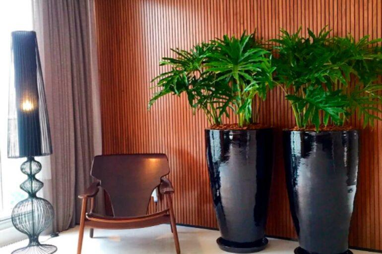 Além das cores mais clássicas, o vaso vietnamita preto também pode destacar sua decoração