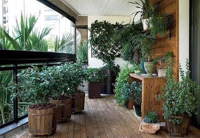 Apartamento com varanda de madeira e cortina de vidro