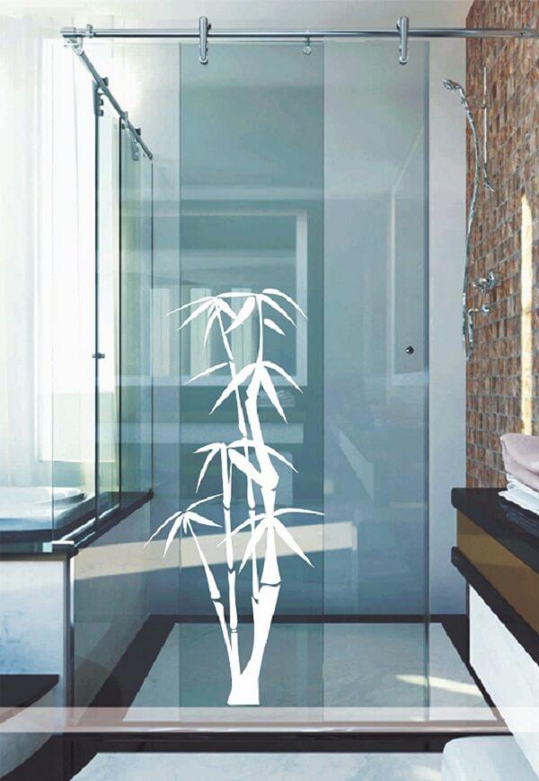 Aposte no branco como esse bambu utilizado como adesivo para box de banheiro