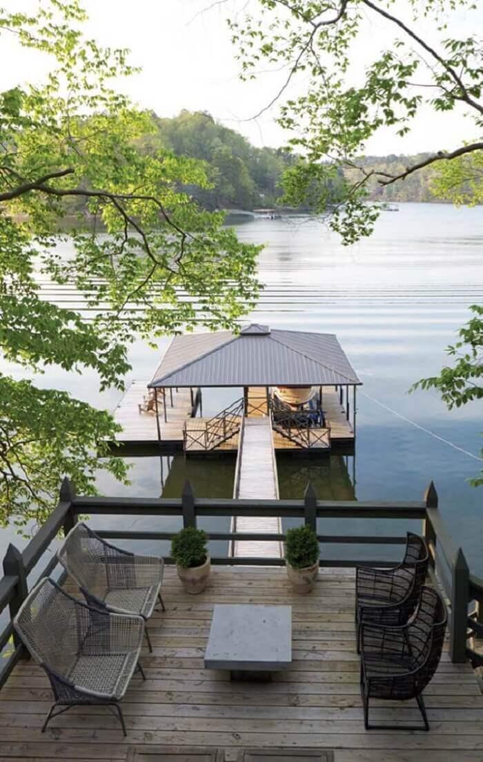 Aprecie a vista sentado nessa varanda de madeira