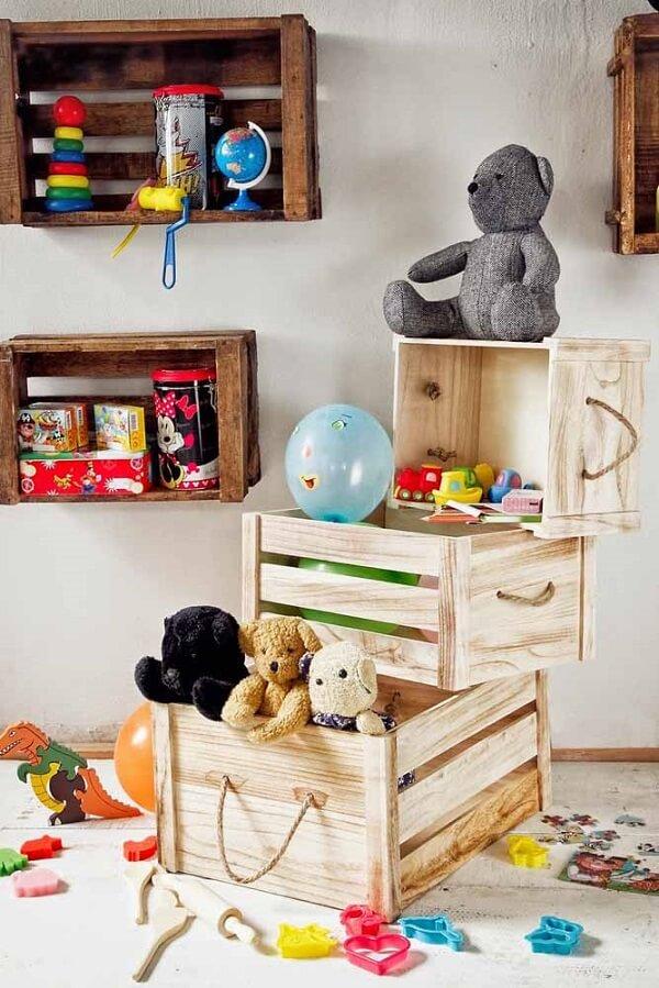 Aproveite o caixote de feira para guardar brinquedos e materiais escolares