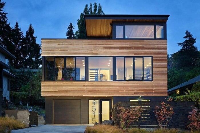 Arquitetura moderna com esta casa de madeira e porta de vidro fosco