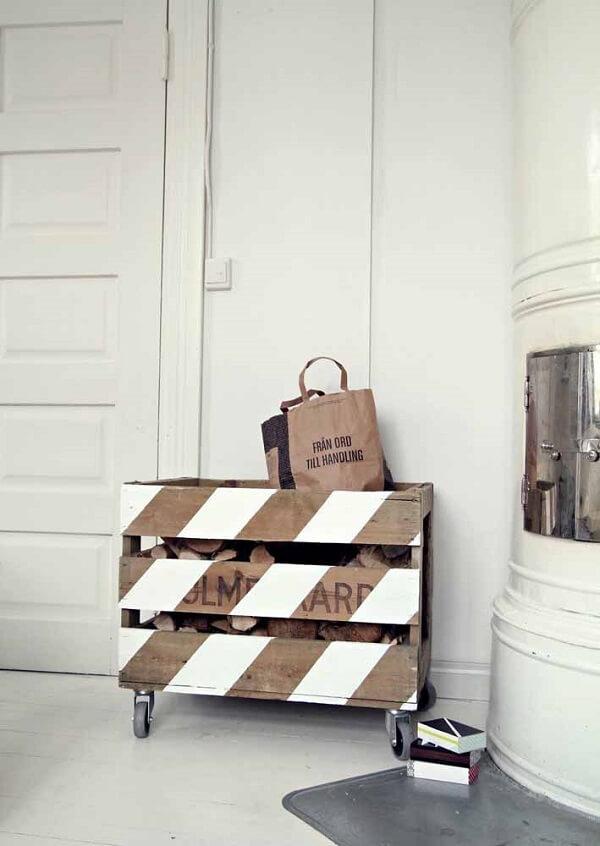 As lenhas ficam guardadas e protegidas dentro do caixote de feira