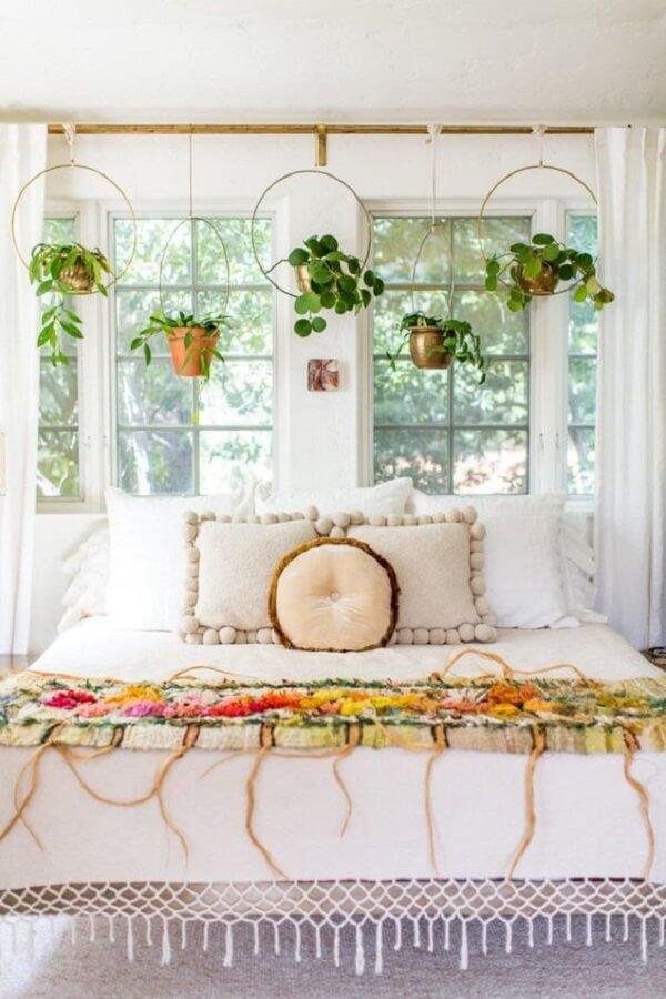 As plantas para apartamento suspensas decoram o quarto