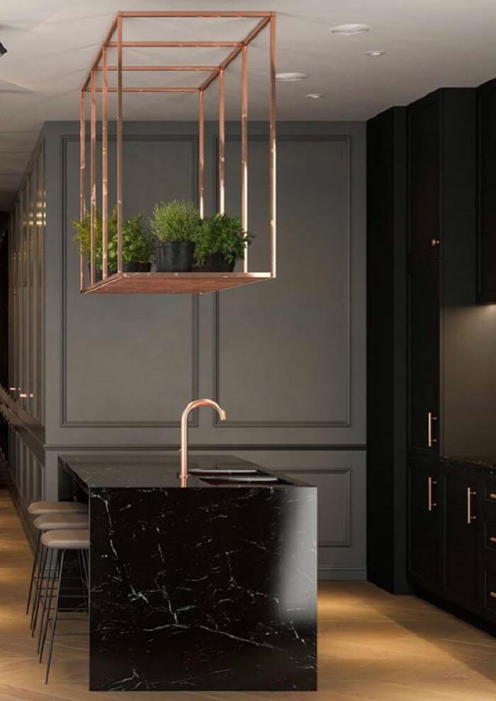 Bancada feita em granito Via Láctea preto encanta a decoração da cozinha