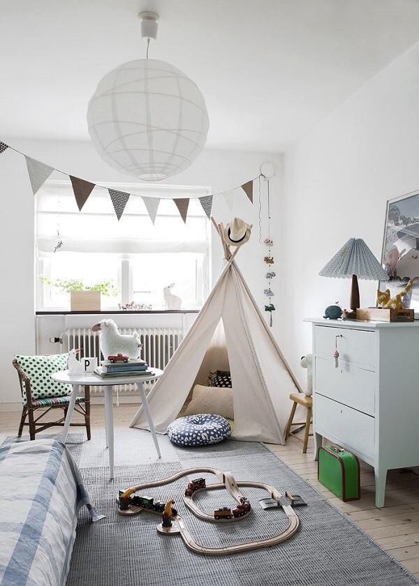 Cabaninha infantil em tom nude se harmoniza com a decoração do quarto