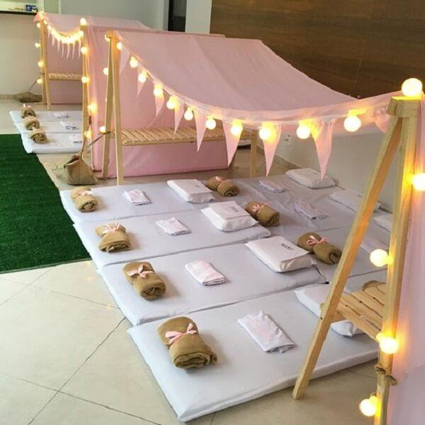 Cabaninha infantil feita com estrutura de cavalete e pisca-pisca