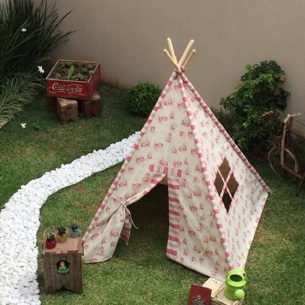 Cabaninha infantil montada em área externa para festa do pijama