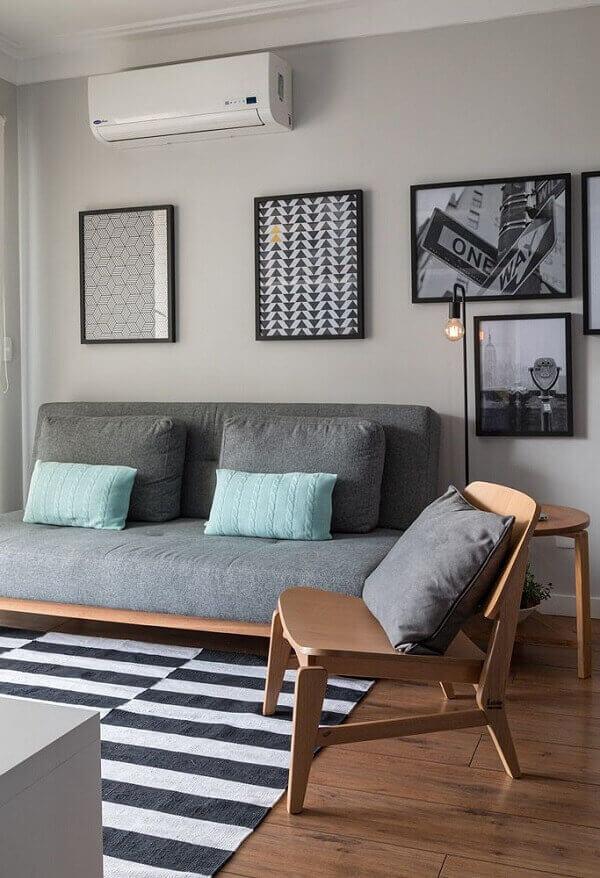Cadeira de madeira e tapete preto e branco para sala de estar