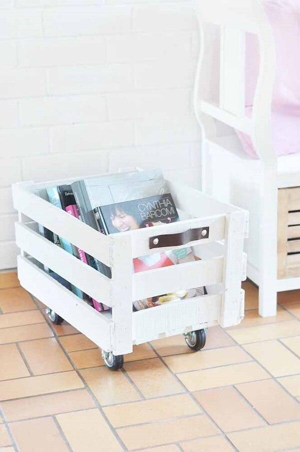 Caixote de feira com rodinhas se transforma em porta revista