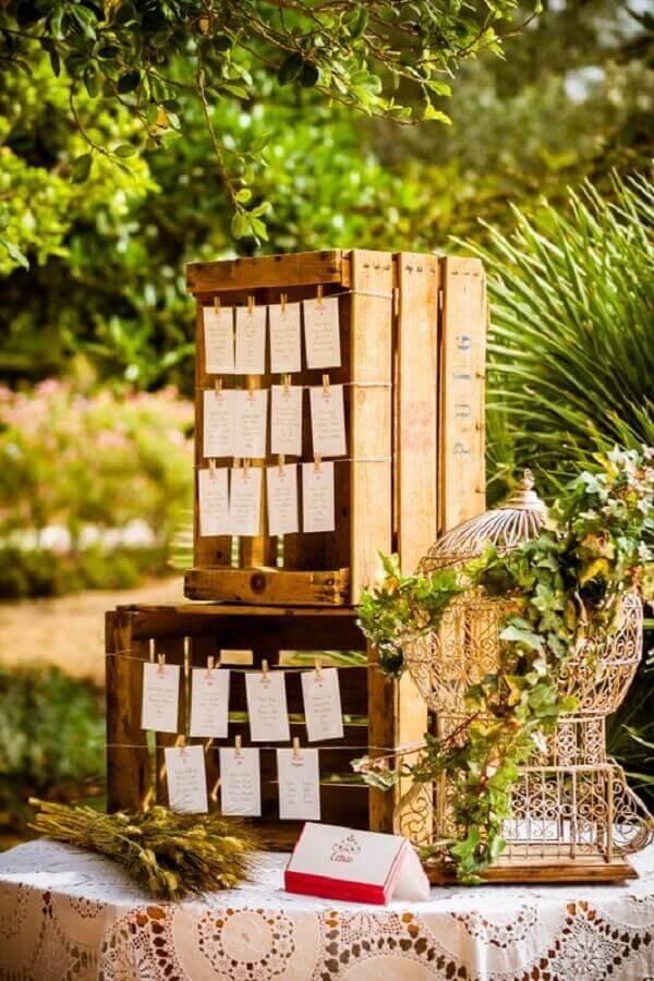 Caixotes de madeira e gaiolas decorativas para decoração de casamento rústico