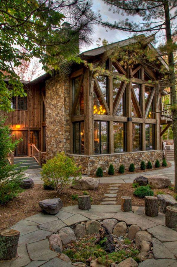Casa da Fazenda com revestimento de pedra e madeira