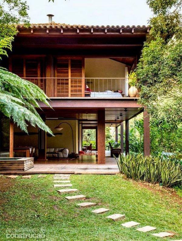 Casa da fazenda de madeira com jardim