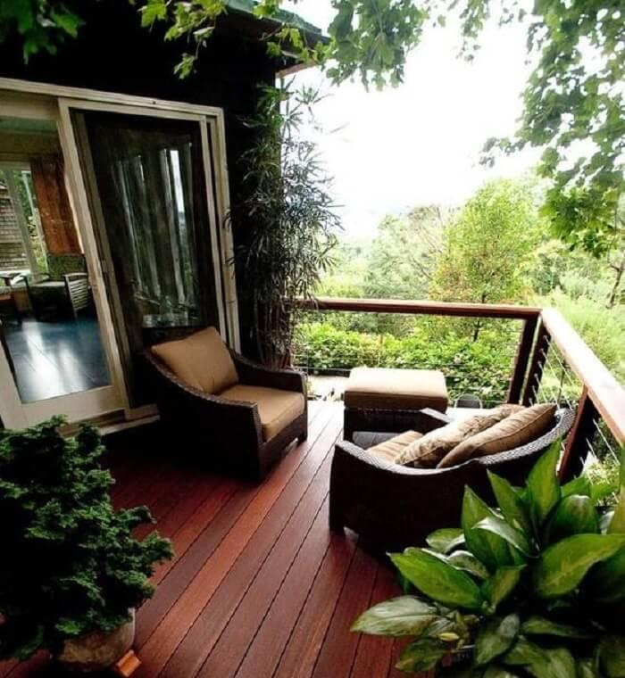 Casa de campo com varanda de madeira com poltronas
