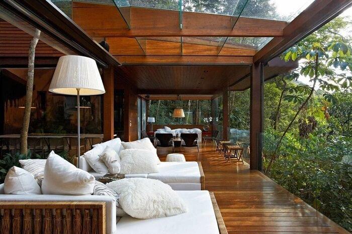 Casa de campo com varanda de madeira e teto de vidro