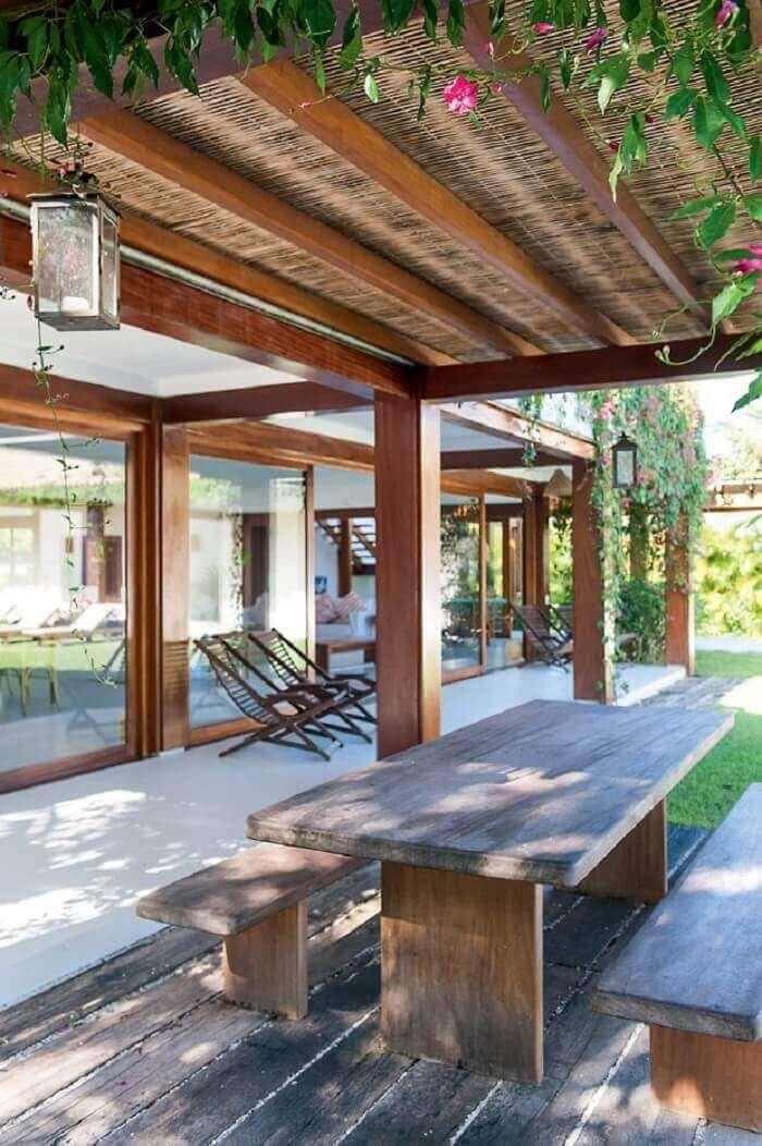 Casa de praia com varanda de madeira ampla
