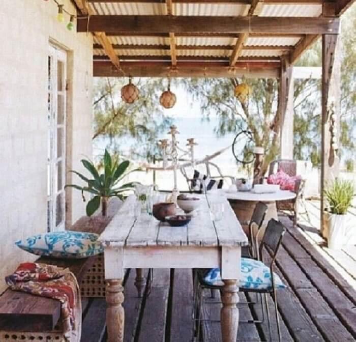 Casa de veraneio com varanda de madeira e móveis rústicos