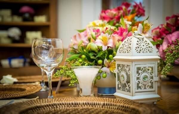 Gaiolas decorativas pequenas servem para decorar o centro das mesas