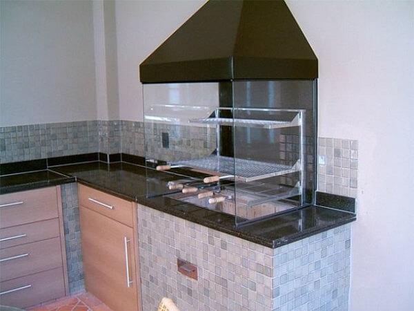 Churrasqueira de vidro para área de lazer pequena