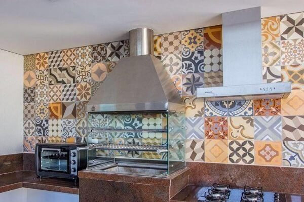 Churrasqueira pré-moldada feita com laterais de vidro e coifa de inox
