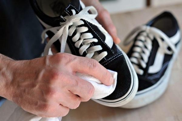 Como tirar mofo dos sapatos