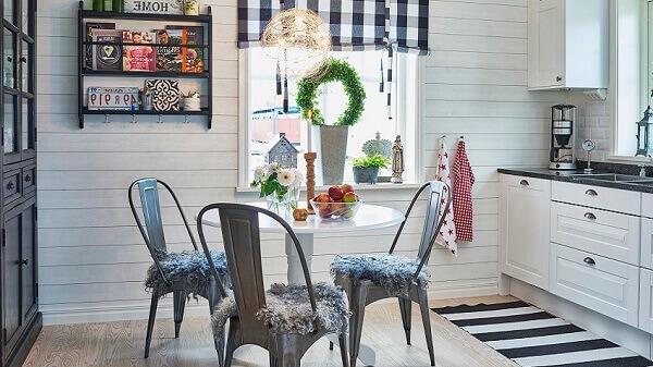 Cozinha com tapete listrado preto e branco