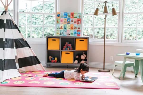 Crie um cantinho de leitura incluindo tapete emborrachado no quarto infantil