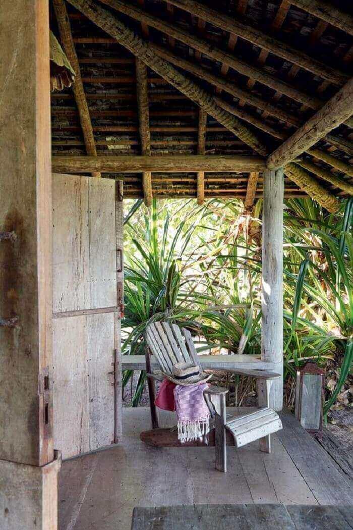 Decoração simples para essa varanda de madeira