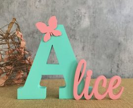 Decore a mesa com moldes de letras coloridos