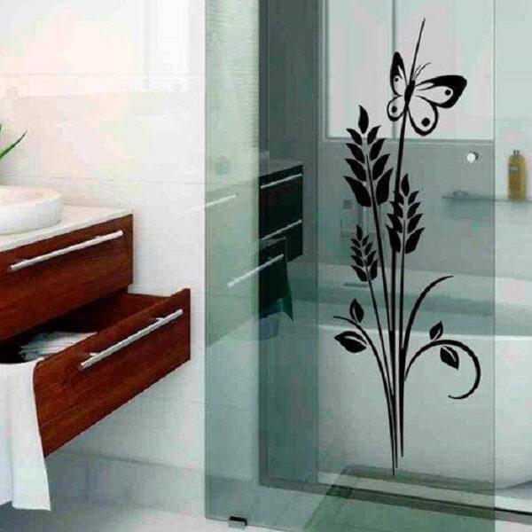 Detalhes que encantam como essa flor feita de adesivo para box de banheiro