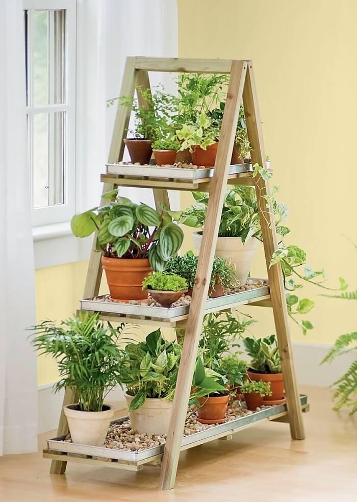 Estante escada madeira serve de apoio para vasos de plantas