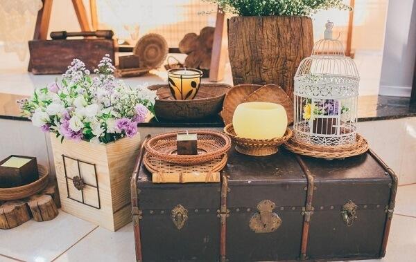 Casamento com decoração vintage conta com a presença de baú, velas e gaiolas decorativas
