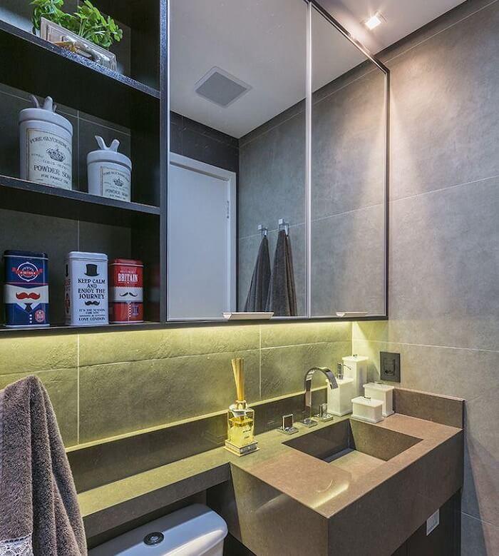 Espelho de banheiro com prateleira