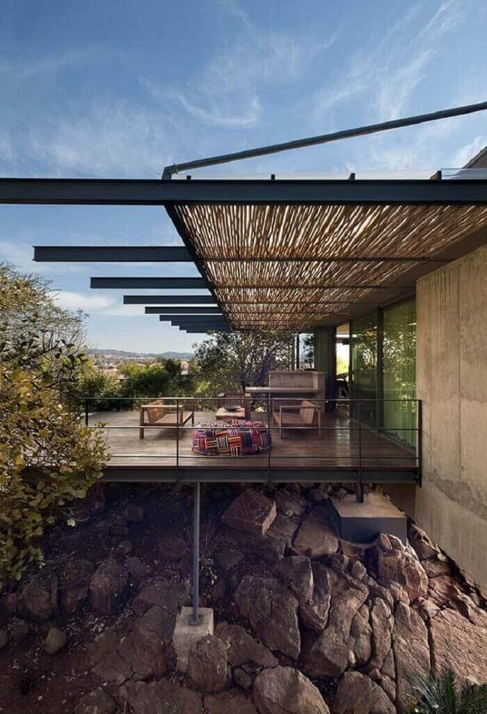 Essa varanda de madeira recebeu um telhado feito em bambu