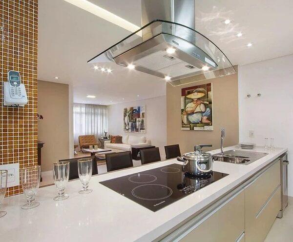 Esse ambiente feito sob medida apostou em um gabinete pra cozinha com tampo em silestone bege