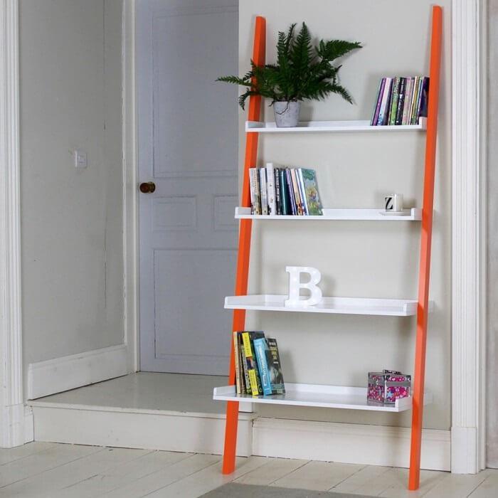 Estante escada branco com acabamento em laranja