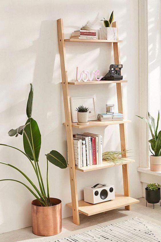 Estante escada de madeira para sala decorada