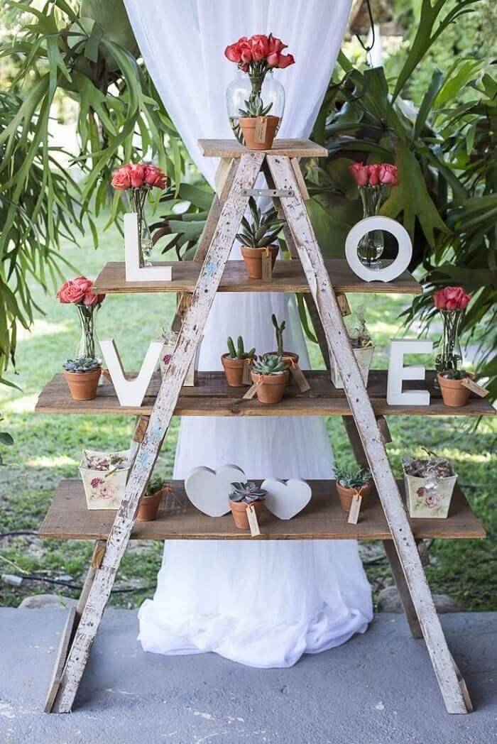Estante escada madeira para festa de casamento
