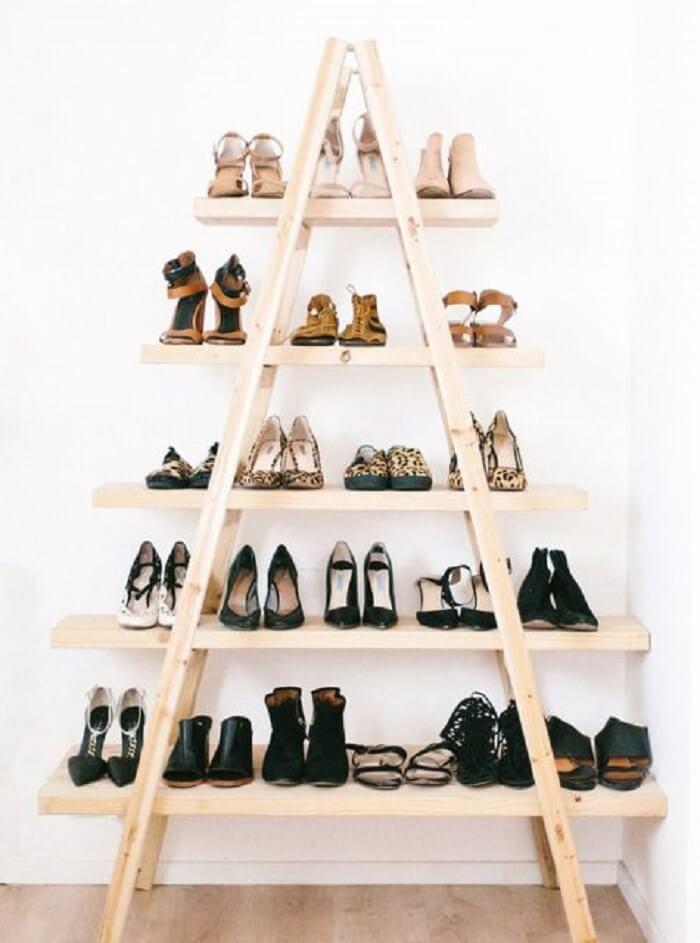 Estante escada madeira utilizada como sapateira