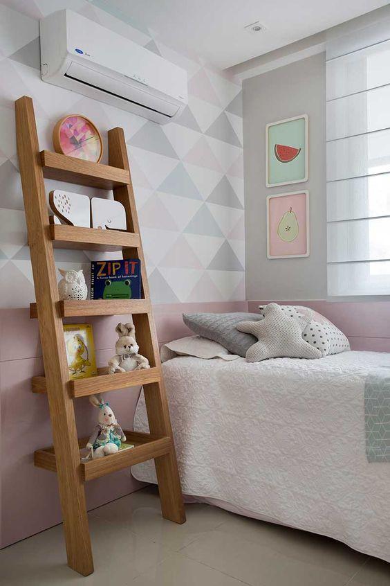 Estante escanda no quarto infantil