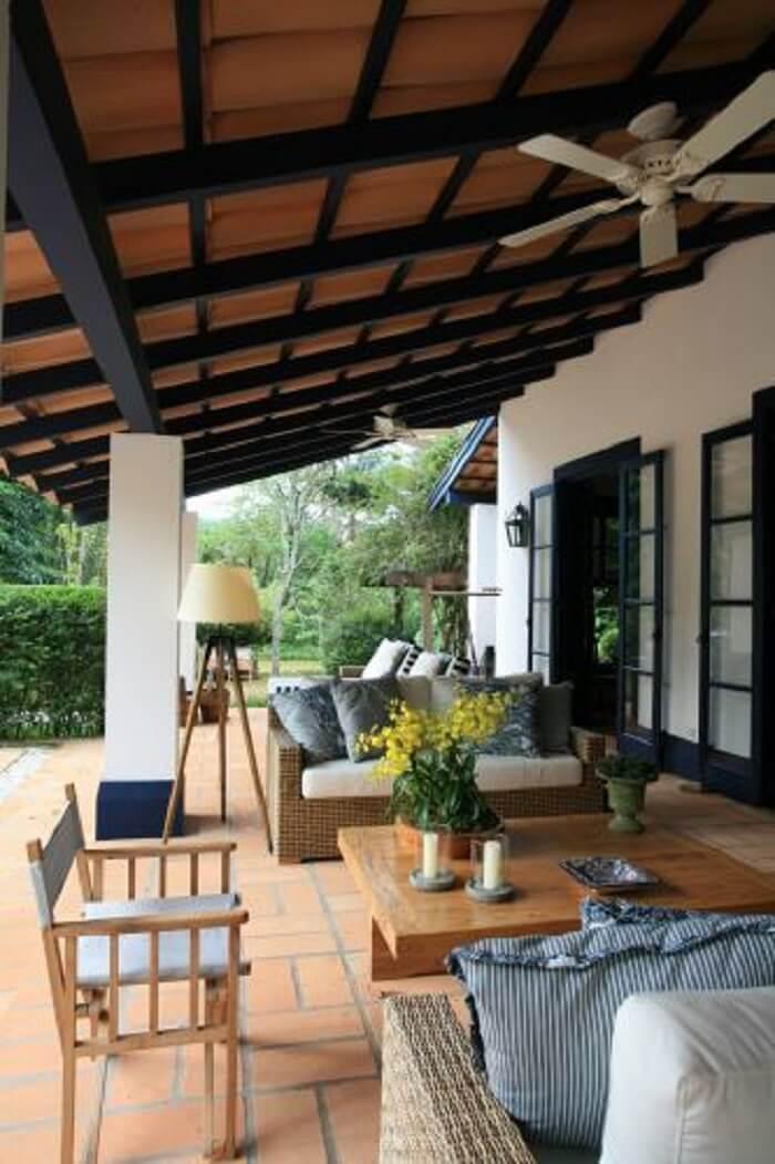 Fazenda com varanda de madeira e móveis rústicos e itens decorativos em tons de azul