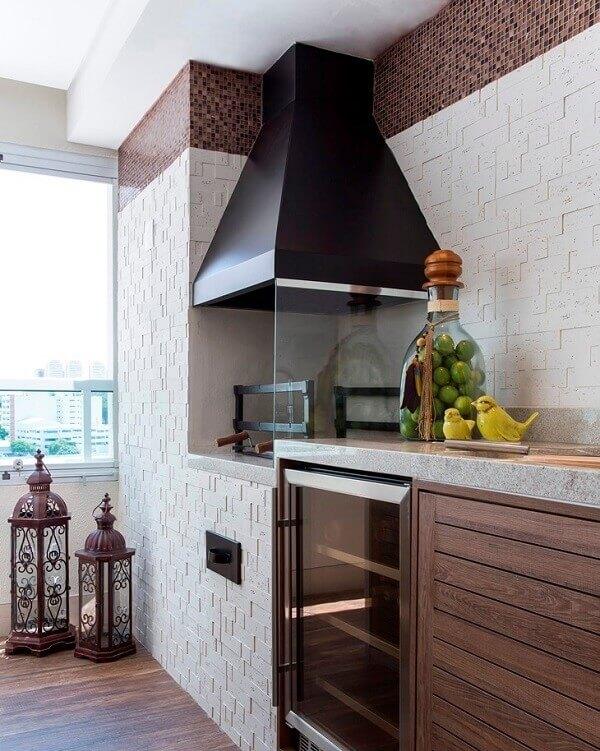 Área gourmet planejada com churrasqueira de vidro
