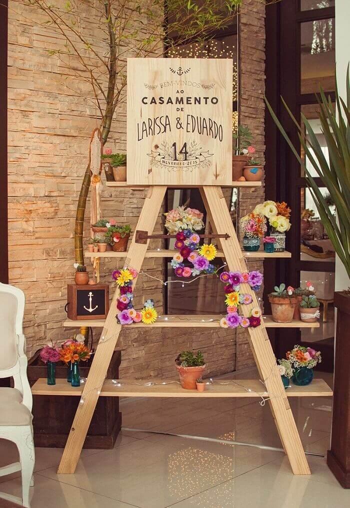 A estante escada recepciona os convidados da festa de casamento