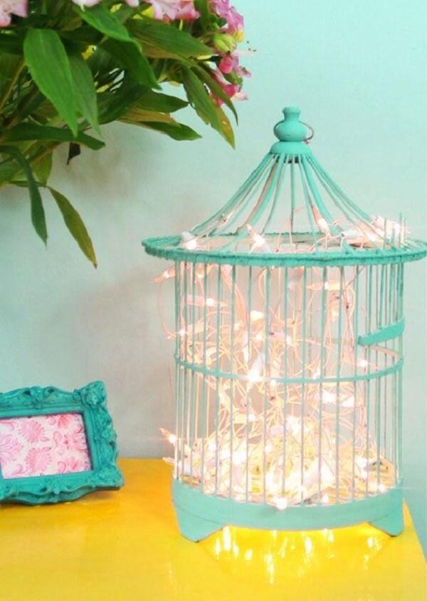 Decore o ambiente com gaiolas decorativas em tom azul turquesa e pisca-pisca