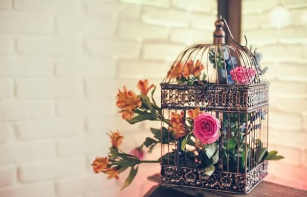Gaiolas decorativas como vaso de mesas laterais