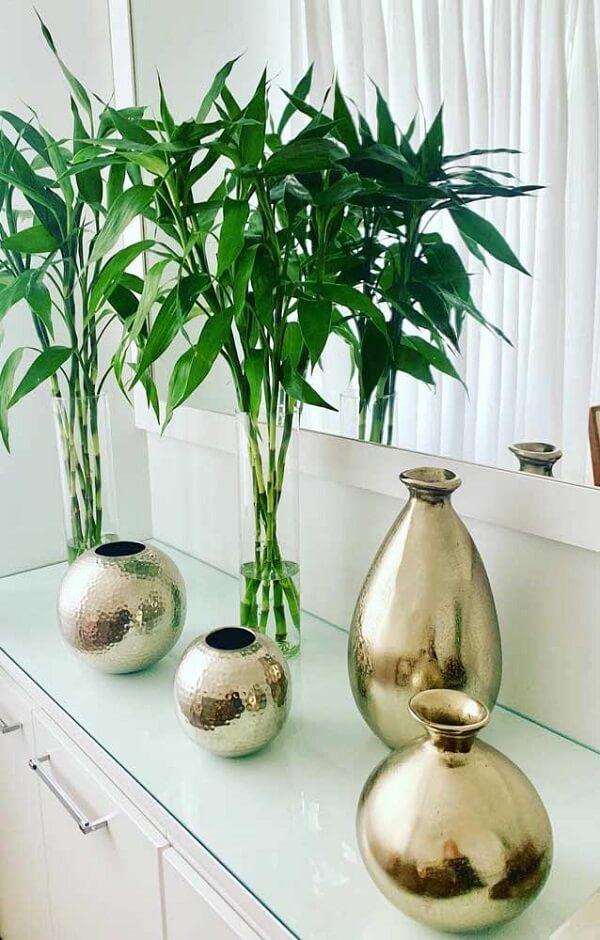 Galhos de Bambu Mossô decoram o aparador branco
