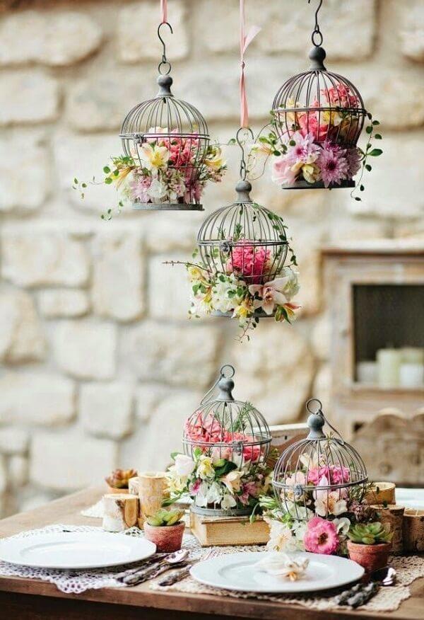 Gaiolas decorativas com flores encantam o ambiente
